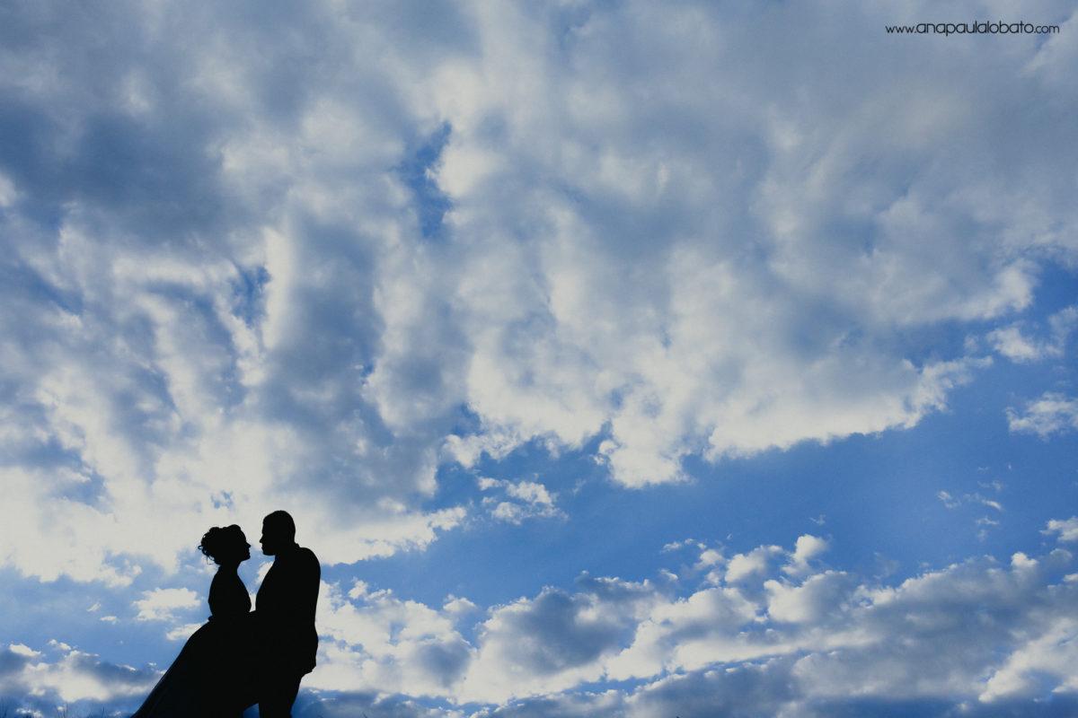 noivos e céu lindo com nuvens