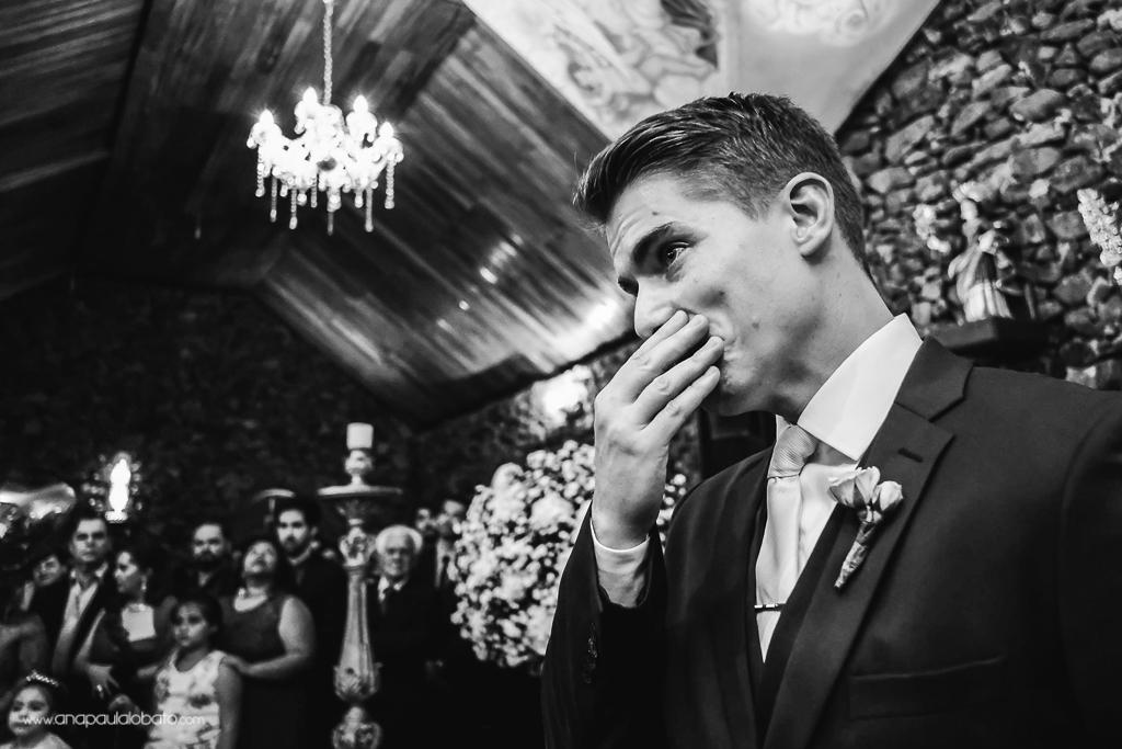 noivo se emociona ao ver a noiva
