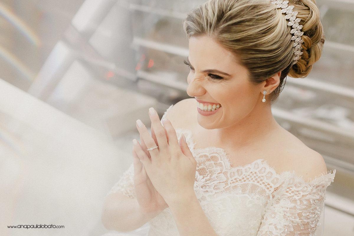 glückliche ausdrucksvolle Braut