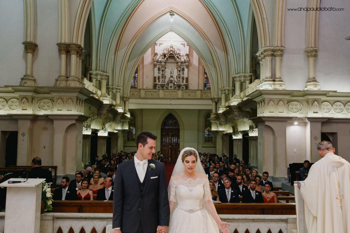 wunderschöne klassische Hochzeit in der Kirche